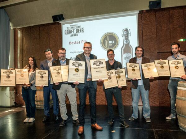 Oswald Kundmüller (m.) mit seinen 14 Auszeichnungen und dem Team des International Craft Beer Awards: (v.l.) Sarah Wacker, Prof. Dr. Dominik Durner, Dirk Omlor, Benjamin Brouer, Christian Neumer und Stefan Schwartze