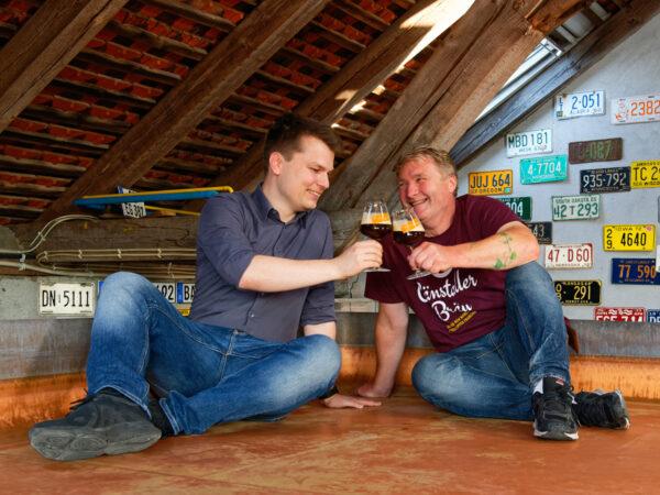 Christian Klemenz (links) und Andreas Gänstaller stoßen im Kühlschiff der Brauerei auf ihre neue Kooperation an.